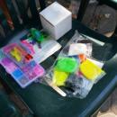 Деца от Благоевград изработват и продават гривнички, средствата ще дарят на дете в нужда