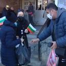 """Доброволци зарадваха с храна възрастни хора от столичния """"Люлин"""""""